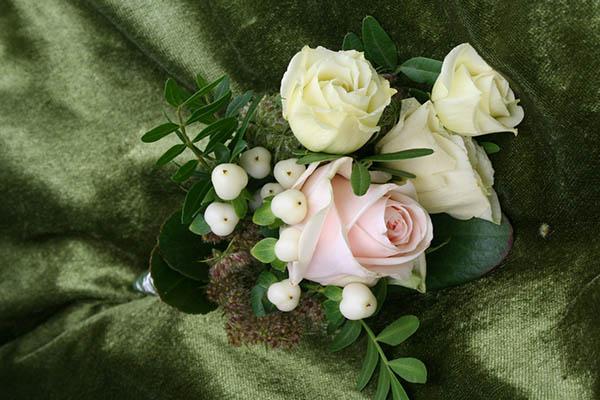Blumen-Anstecker zur Hochzeit
