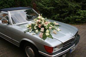 Autoschmuck aus Blumen zur Hochzeit